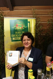 3. Madame Perrone, titolare presso Rhum Bologne, molto orgogliosa del gagliardetto ricevuto